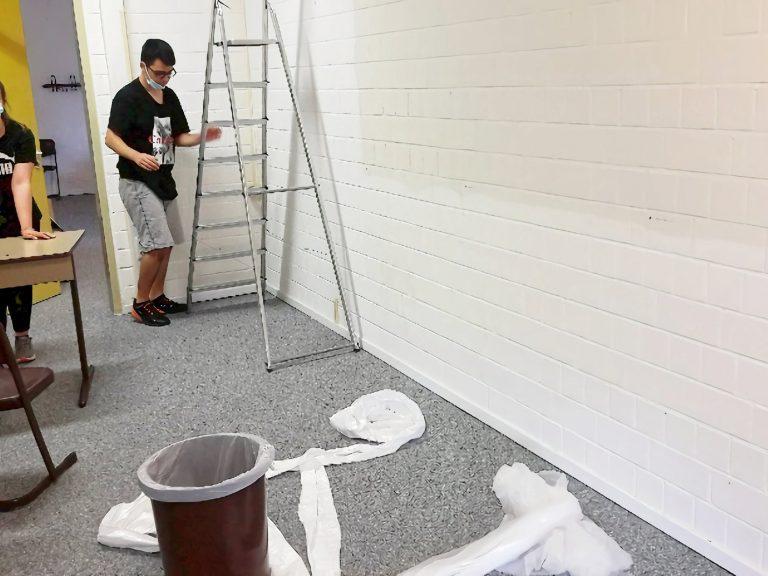 Hier räumen wir den Raum aus und kleben die Wände ab.