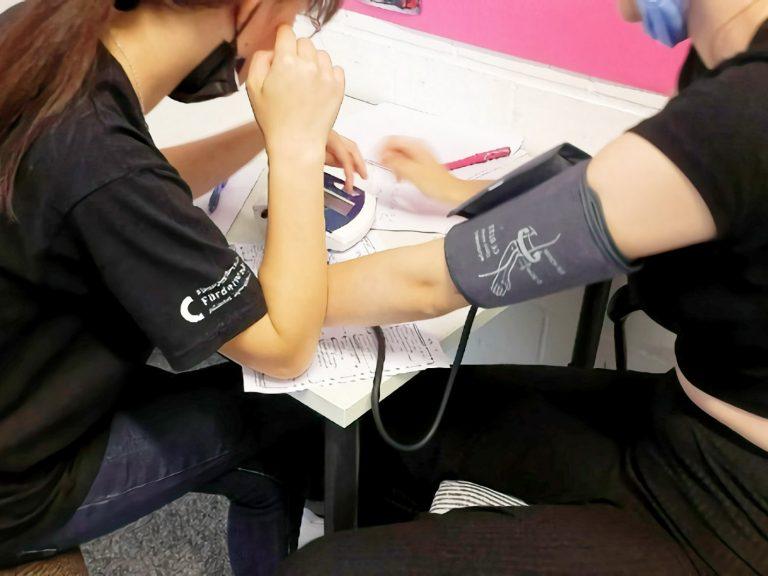 Hier hat Christina den Blutdruck von Celina mit einem Blutdruckmessgerät gemessen.