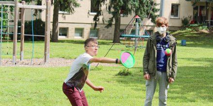 Der Klettball fliegt auch über weite Entfernungen und ist gar nicht so leicht zu fangen